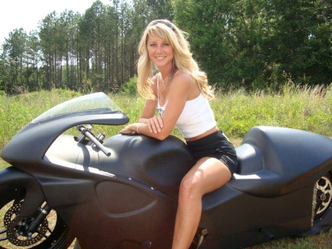 Горячие красотки на мотоциклах (32 фото)