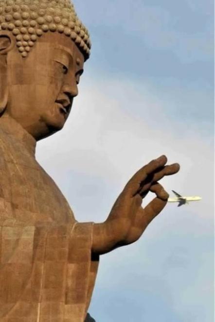 Прикольные фотографии с памятниками (15 фото)